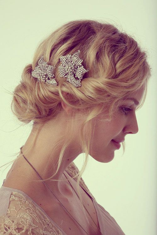 ELEGANT WAVY UPDO WITH A SIDE TWIST