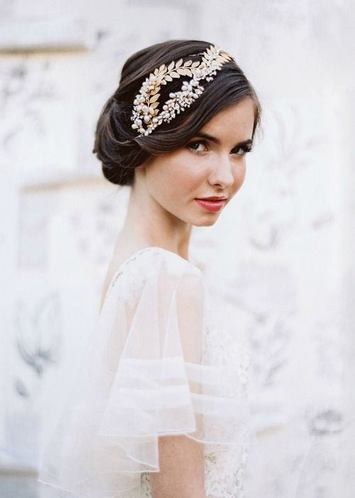 RETRO STYLE WEDDING HAIRSTYLE FOR MEDIUM LENGTH HAIR
