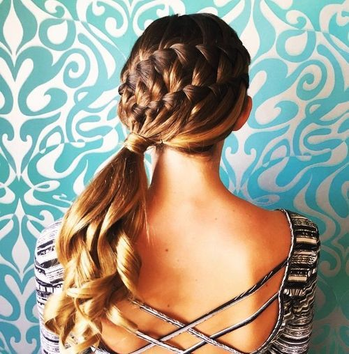 SIDE PONYTAIL WITH A TWIST