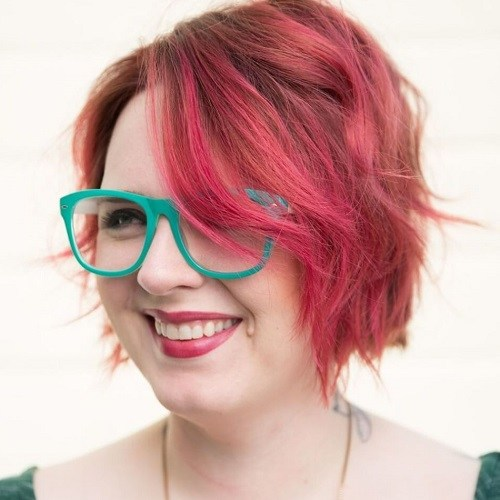 Short shaggy pink hairstyle for plus size women