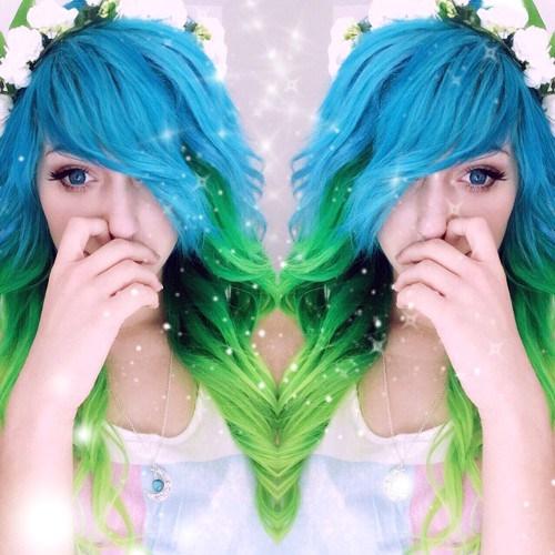 UNIQUE HALF BLUE HALF GREEN HAIRSTYLE