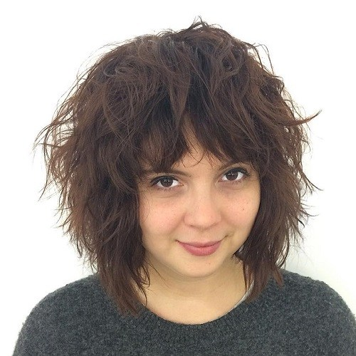 Medium shaggy haircut for round faces