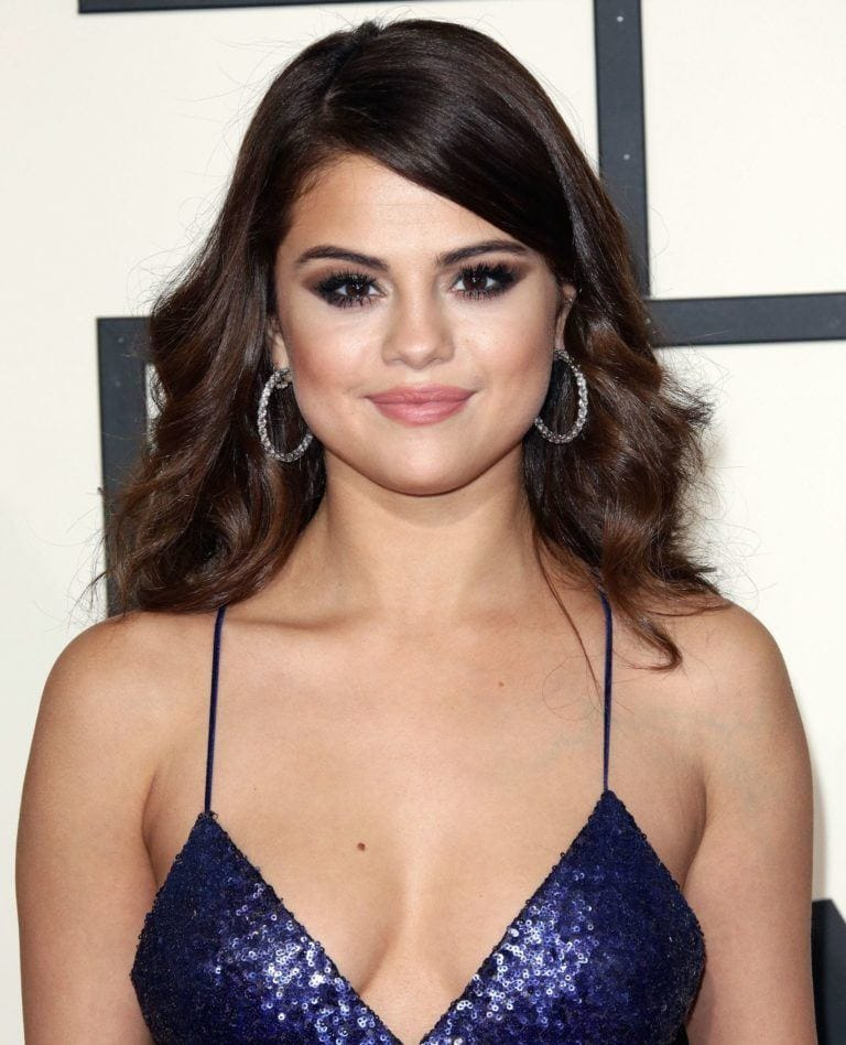 selena gomez short curly haircuts for round faces